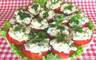 Салат из печени трески с помидорами