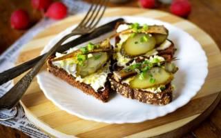 Бутерброды с огурцом и шпротами